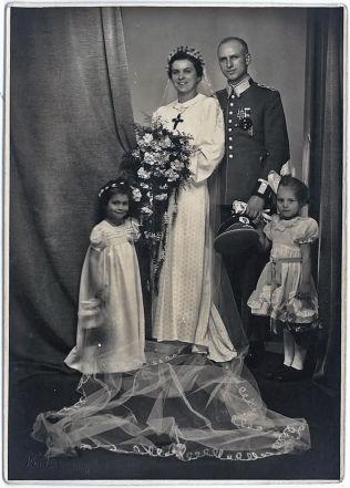 <p>BRUDEBILDE: Charlotte og Martin Kroll giftet seg i februar 1941. Han iført sin uniform med jernkorset på brystet. De to er Vebjørn Selbekks besteforeldre på morsiden.</p>