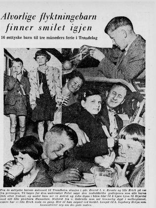 <p>TIL NORGE: Jenta i svart jakke midt i bildet er Hannelore Kroll, Vebjørn Selbekks mamma. Bildet er tatt i Trondheim da hun kom dit på sommeropphold som flyktningbarn i regi av Røde Kors i mai 1957. Hun bodde hos paret hun sitter i bilen med på bildet. Der ble hun i fire-fem år før hun returnerte til Tyskland. Som 18-åring flyttet hun permanent til Norge.</p>