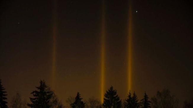 <p>LAMBERTSETER: René Ringnes tok dette bildet av lyspilarer over Lambertseter i Oslo.<br/></p>