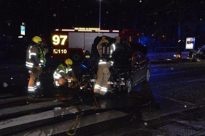 <p>ULYKKE: Her står ambassadebilen som natt til søndag krasjet med en annen bil på Bygdøy Allé på Frogner. I bakgrunnen ser man den andre bilen. Foto: Fredrik Hove/Hove Media</p>