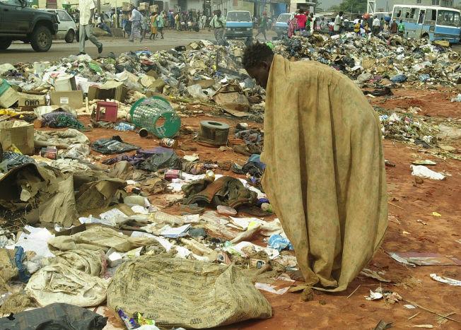 <p>FATTIGDOM: Til tross for enorme inntekter fra olje og diamanter, lever folk flest i ytterste fattigdom. Her leter en mann etter mat i søppelet på et marked i hovedstaden Luanda.</p>