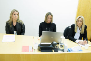 <p>FENGSLET: Politiadvokat Tina Bjarkø Helleland (t.v.) og politiadvokat Janne Eckhoff (i midten) begjærte 24-åringen varetektsfengslet i fire uker. Oslo tingrett fulgte begjæringen. Her avbildet sammen med bistandsadvokat Camilla Wiermyhr.</p>