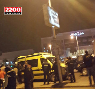 <p>– KAOS: Utenfor hotellet samlet det seg mange mennesker. Politi og sikkerhetstyrker sperret av et større området. Dette bildet tok norske May-Liss Johansen fra Skien, som ferierte i en leilighet like ved hotellet.</p>