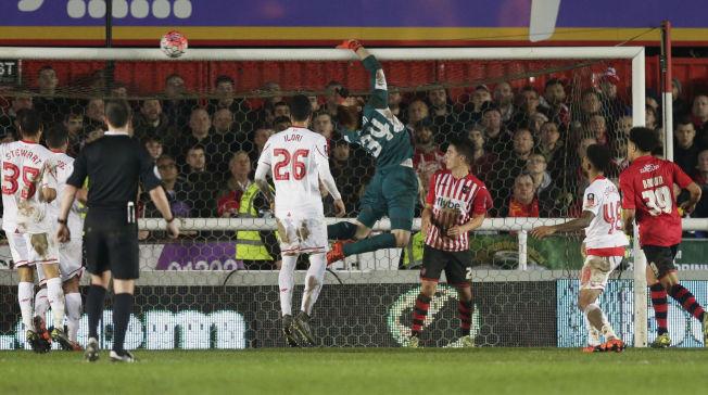 HER GJØR HAN DET - IGJEN: Liverpool-keeper Ádám Bogdán bommer på ballen og Exeter går opp i 2-1. Ungareren tabbet seg også ut på corner for snaut tre uker siden.