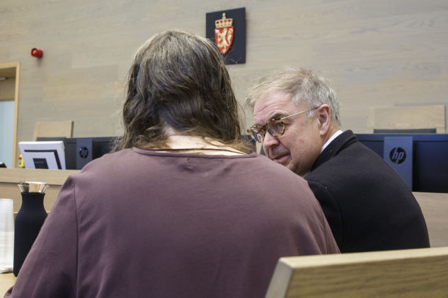 <p>FORKLARTE SEG: Den siktede moren forklarte seg under fengslingsmøtet i Gjøvik tingrett tidligere denne uken. Hun samtykket til fotografering med anonymisering. Her sammen med forsvarer Aasmund Olav Sandland.</p>