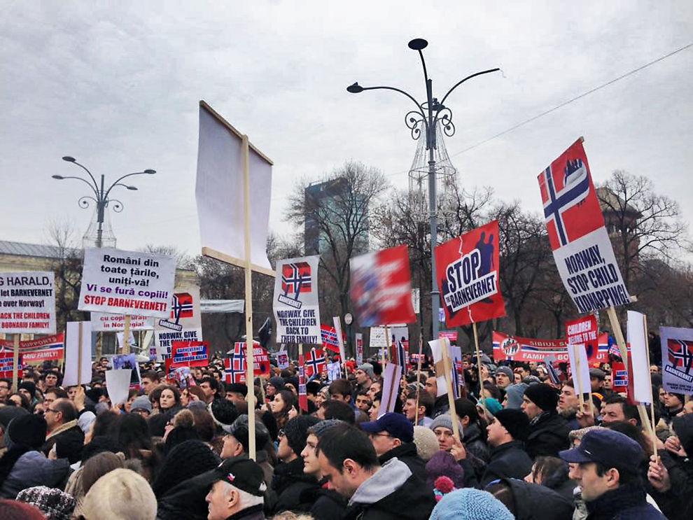 <p>STORPROTEST: Støttegruppen sier at nærmere 3000 mennesker møtte opp for å protestere mot norsk barnevern i Romanias hovedstad</p>