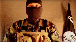 <p>TERRORIST: Mannen som fremsetter kravene i videoen snakker flytende engelsk. Han viser til at kravene som ble gitt til svenske myndigheter i 2012, fortsatt er gjeldende.</p>