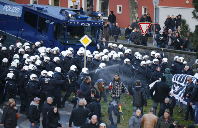 <p>VANNKANONER: Politiet brukte vannkanoner mot demonstranter fra innvandringsfiendtlige Pegida.</p>