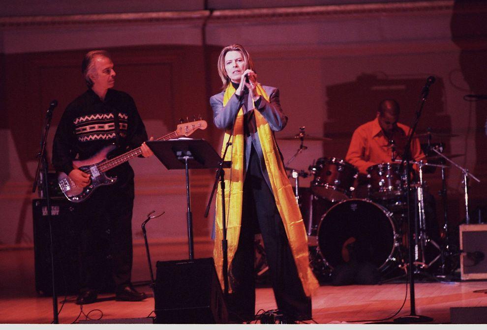 <p>OVER 40 ÅRS SAMARBEID: David Bowie og Tony Visconti (til venstre) har spøkefullt blitt omtalt som «mann og kone», etter et samarbeid som har pågått fra og til fra 1969. Her er de sammen på scenen i 2001.</p>
