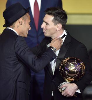 <p>GOD LAGKAMERAT: Brasilianske Neymar var kjapp med å gratulere Messi etter at argentineren hadde mottatt Gullballen for 2015.</p>