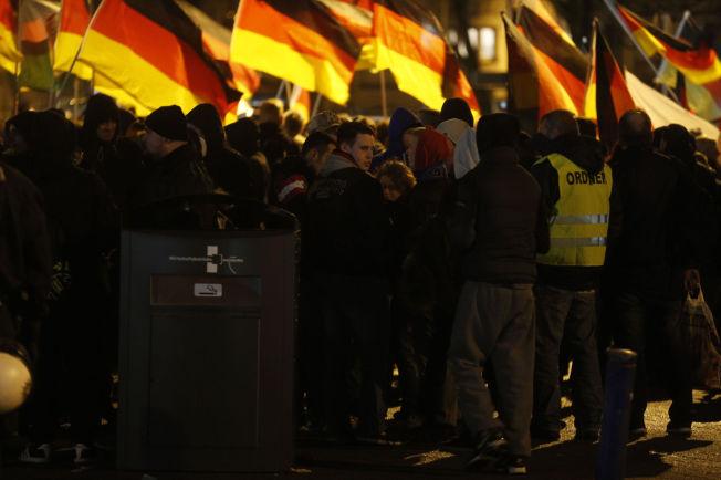 <p>MOT INNVANDRING: Rundt 400 Pegida-demonstranter samlet seg mandag kveld foran sentralstasjonen i byen Duisburg, en times kjøretur nord for Köln i Tyskland.</p>