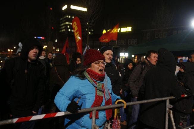 <p>PROTESTERTE MOT PEGIDA: Marlies Veen var en av dem som hadde møtt opp for å vise sin avsky mot Pegida mandag kveld.<br/></p>