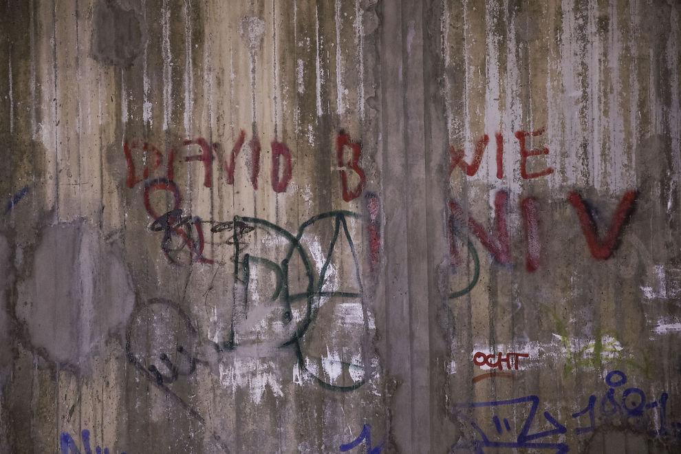 <p>TAGGEN LEVER VIDERE: Slik ser det ut under brua på Bøler dagen etter David Bowie forlot denne verdenen.</p>