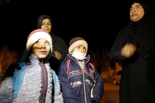 <p>HJELPEN ER KOMMET: Innbyggere i Madaya som sier de har fått regimets tillatelse til å forlate byen, er på vei bort etter at en hjelpekolonne ankom byen mandag.</p>