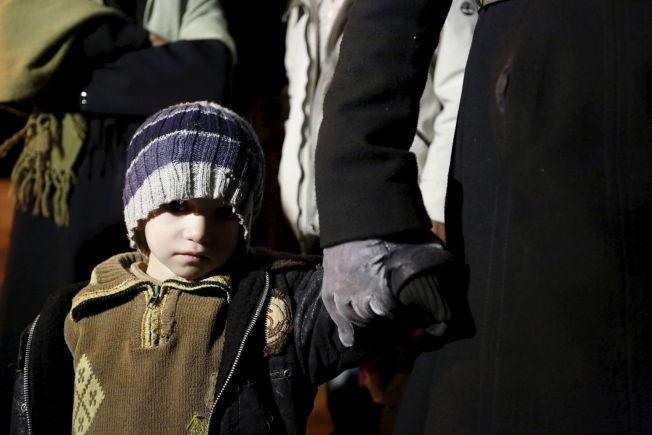 <p>MANGE BARN: En syrisk gutt venter sammen med familien på å få reise fra Madaya.<br/></p>
