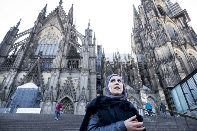INTEGRERING: Rabeaa Mohamad fra Syria har bodd i Tyskland i 17 år, og er frivillig flyktningetolk. Hun understreker viktigheten av rask integrering, og at den store majoriteten er lovlydige mennesker.