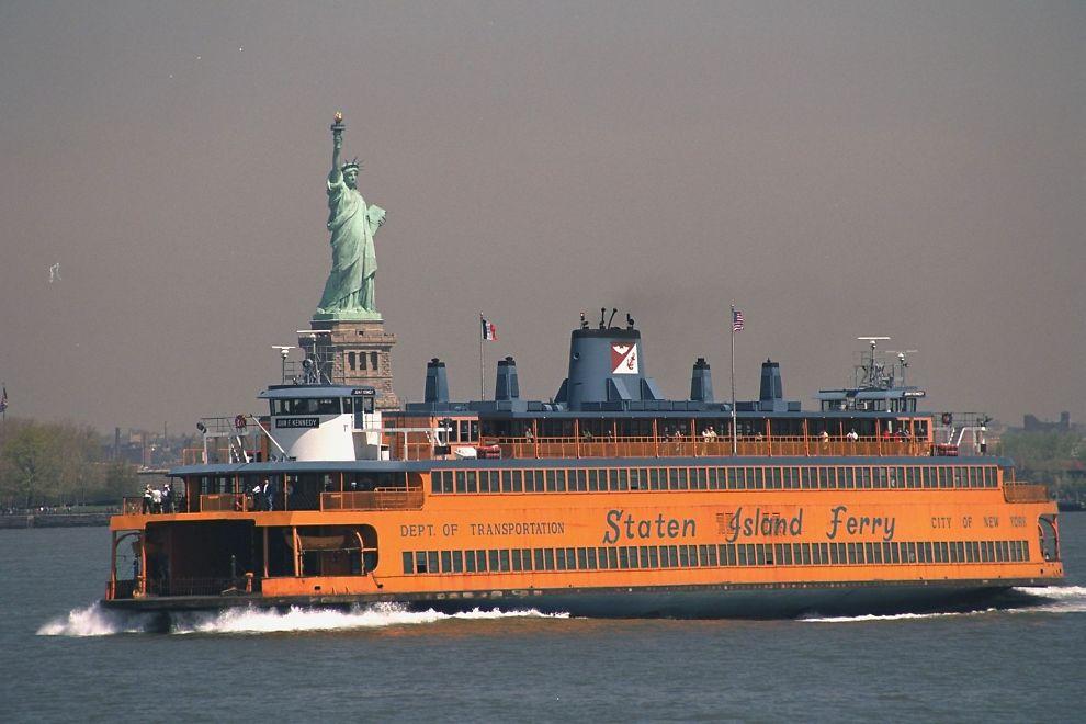 <p>NEW YORK: En av fergene til Staten Island passerer Frihetsgudinnen.</p>