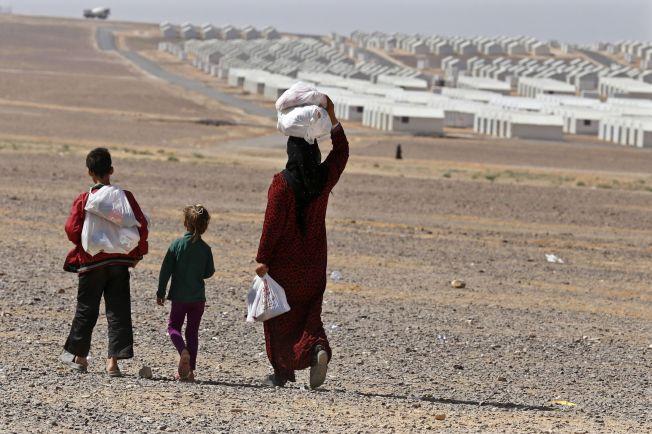<p>SÅRBARE: Kvinner og barn som blir igjen når mennene drar, er ekstra sårbare og utsatt for overgrep. Her fra flyktningeleiren Azraqn i Jordan, med 10 000 telt.<br/></p>