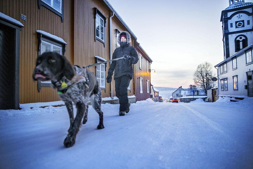 POSITIV TIL MINUS: Anne Mone Nordahl og hunden Wilma tar gjerne noen kalde dager på Røros.