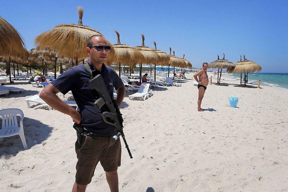 <p>BILDENE TURISTINDUSTRIEN FRYKTER: Over 1000 væpnede politifolk skal sørge for sikkerheten på Tunisias strender etter fjorårets angrep. Det har ikke svekket terrorfrykten. Antall turister i Sousse, der dette bildet er tatt, har stupt med opp til 90 prosent.</p>