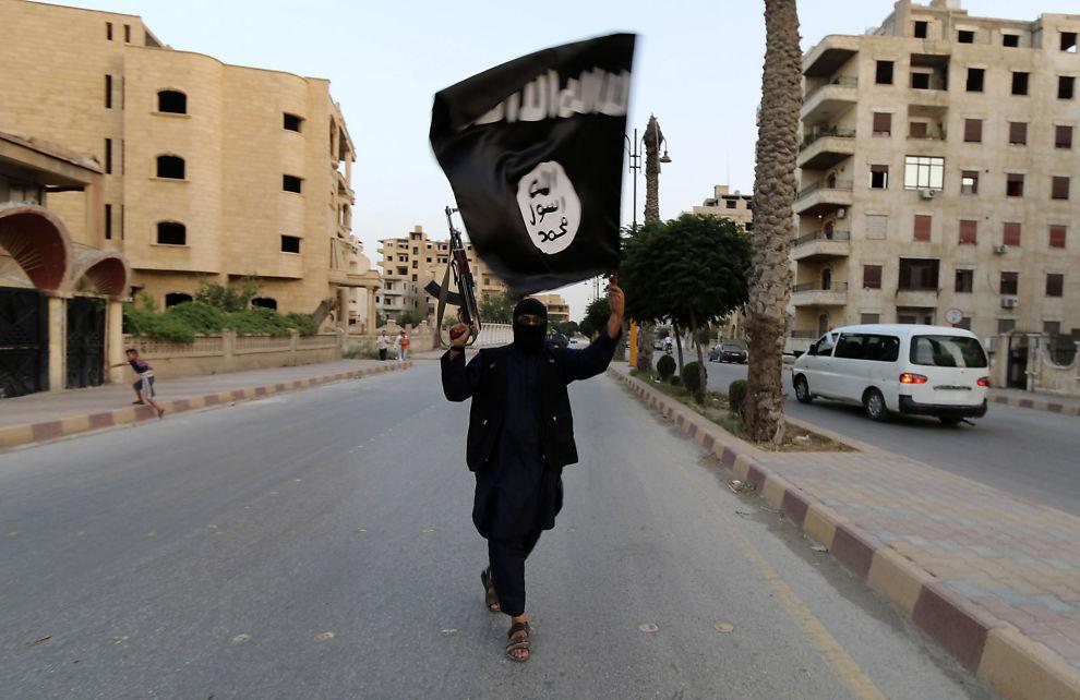 "<p><i>UNDER IS-KONTROLL: Her vifter en IS-kriger flagget i Raqqa i Syria i juni 2014. Dette er den sjette største byen i Syria og har vært terrorgruppens ""hovedstad"" siden 2014.</i> REUTERS</p>"
