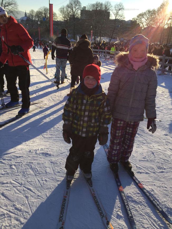 <p>STEMNING: Sondre seres (5) og Elena Seres (9) har fått på seg skiene utenfor slottet. - Vi har vært her en halvtime og har hatt det kjempegøy!, sier de to søsknene til VG.</p>