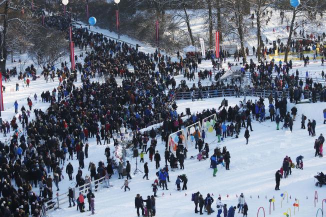 <p>FOLKEFEST: Store folkemasser - trolig flere tusen - hadde søndag møtt opp utenfor Slottsplassen og ved universitetsplassen på Karl Johan for å feire kongeparets 25-årsjubileum som regenter.</p>
