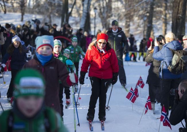<p>SKIDRONNING: Dronning Sonja går på ski under vinteraktivitetene på Slottsplassen.</p>