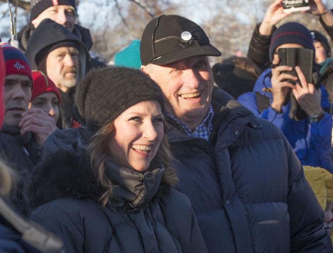 <p>HYGGET SEG: Prinsesse Märtha Louise og kong Harald ser på folkelivet utenfor Slottet.</p>