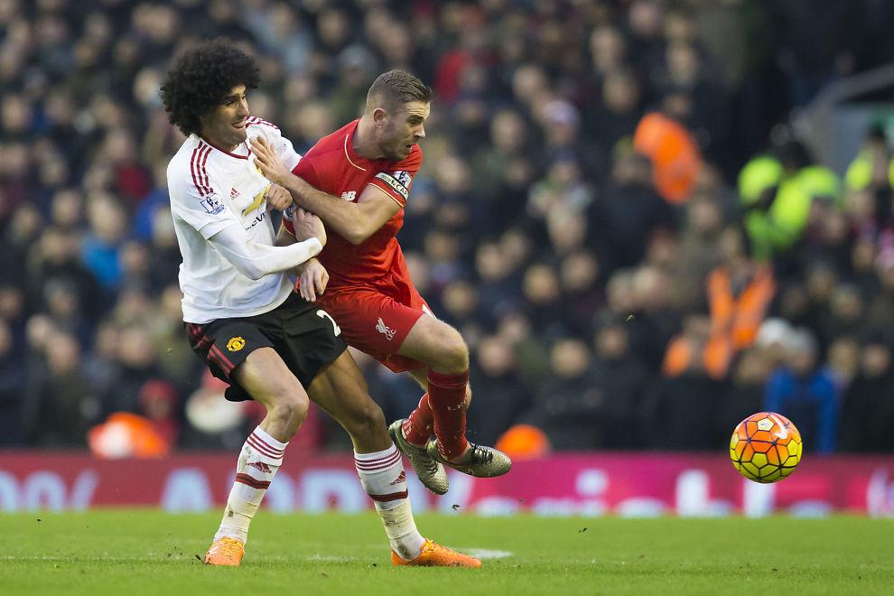 KJEMPING: Manchester Uniteds Mariouane Fellaini og Liverpools Jordan Henderson i aksjon under søndagens kamp på Anfield i Liverpool. United vant 1-0 - uten å imponere.