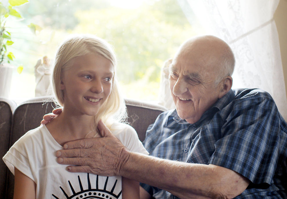 <p>GODHETENS mann og hans hender: Joralf Gjerstad og pasienten Mira - en av et par titalls modige pasienter som står frem - i den bemerkelsesverdige filmen «Mannen fra Snåsa».</p>