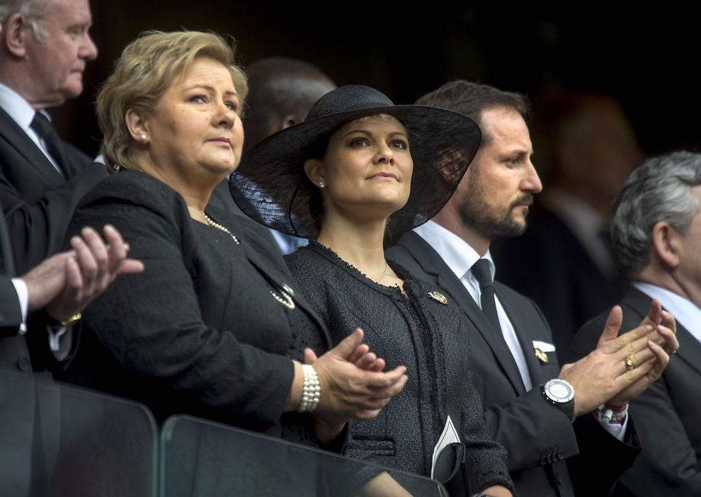 <p>UTNEVNT AV FN: Statsminister Erna Solberg og kronprinsesse Victoria av Sverige, her sammen med Norges kronprins Haakon på VIP-tribunen på FNB stadion ved Sowete i Sør-Afrika under minneseremonien for Nelson Mandela.</p>