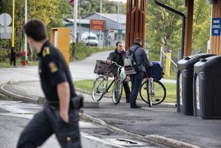 <p>KOM PÅ SYKKEL: Flere tusen flyktninger har syklet fra Russland til Norge over grensestasjonen på Storskog. Nå busses de tilbake.</p>