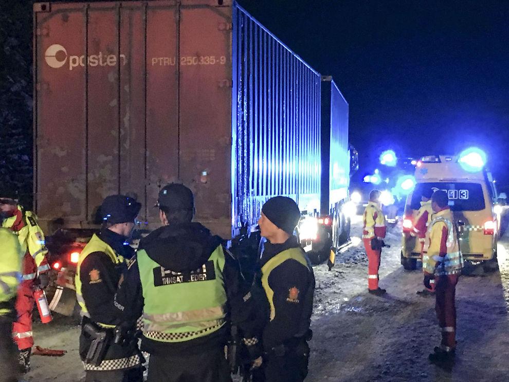 <p>DØDSULYKKE: Politiet er på stedet etter at en personbil og en lastebil kolliderte på E134 sent mandag kveld.</p>