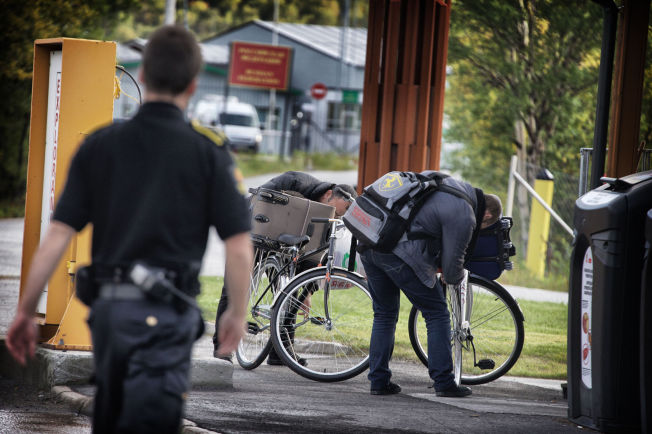 <p>TIDLIG UTE: Dette er to av de aller første syklende asylsøkerne som kom over grensen ved Storskog. Utover høsten kom stadig flere. Etter 29.november har det ikke kommet noen over grensen fra Russland.<br/></p>