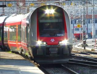 <p>TO TYPER: Det finnes to typer Flirt tog, og begge har fått problemer med koblingen i vinterkulden.</p>