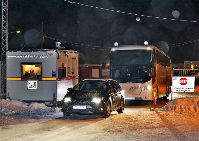 <p>MOT RUSSLAND: En buss er på vei ut fra asylleiren i Kirkenes.</p>