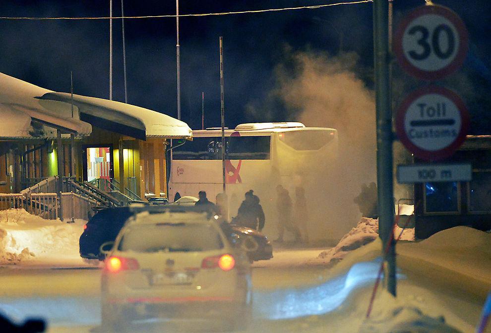 <p>OVER GRENSEN: En buss med asylsøkere forlater her Norge ved Storskog.</p>