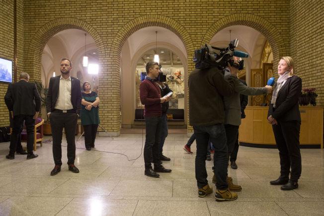 <p>MANGE SPØRSMÅL: Listhaug og Lysbakken gjorde en rekke intervjuer med pressen i Vandrehallen etter debatten i stortingssalen.</p>