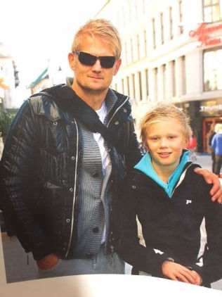 <p>FAR OG SØNN: Alf-Inge Håland hadde en strålende karriere som proff i Nottingham, Leeds og Manchester City. Her med sønnen Erling. 15-åringen fører familietradisjonen videre på fotballbanen.<br/></p>