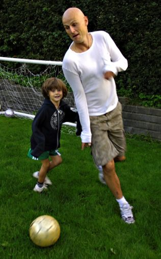 <p>FAR OG SØNN: Helt fra barneårene har det vært mye fotballek for Markus Solbakken. Her har han nettopp fylt seks år og spiller fotball med pappa Ståle hjemme på Hamar i 2006.</p>