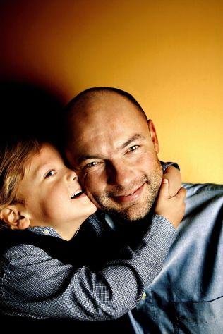 <p>FAR OG SØNN: Uwe Rösler sammen med sønnen Colin i 2005, den gang tyskeren trente Lillestrøm. Nå bor de sammen i Manchester.</p>