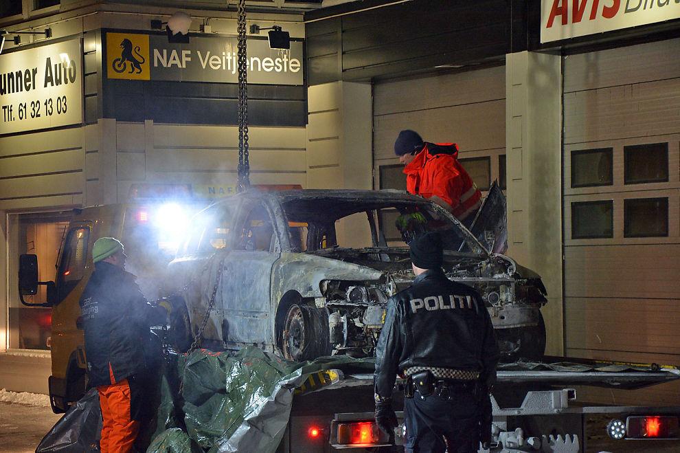 <p>TOTALSKADET: I denne bilen ble det funnet en død person. Natt til onsdag ble det utbrente vraket fraktet til NAF sin garasje i Lunner sentrum for videre undersøkelser.</p>