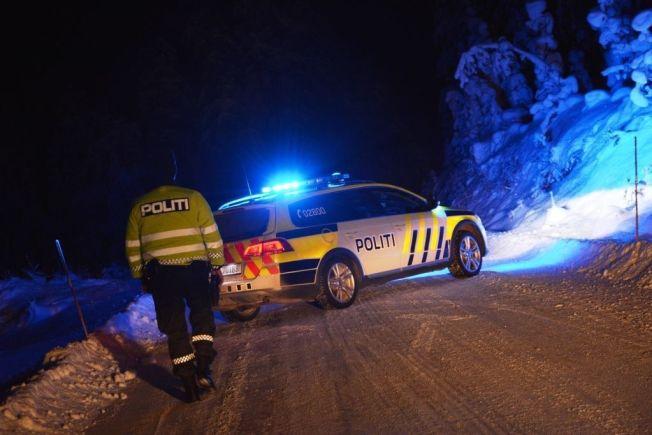 <p>SPERRET AV: Politiet hadde sent tirsdag kveld sperret av området hvor en person ble funnet død i en utbrent bil på Roa i Lunner kommune.</p>