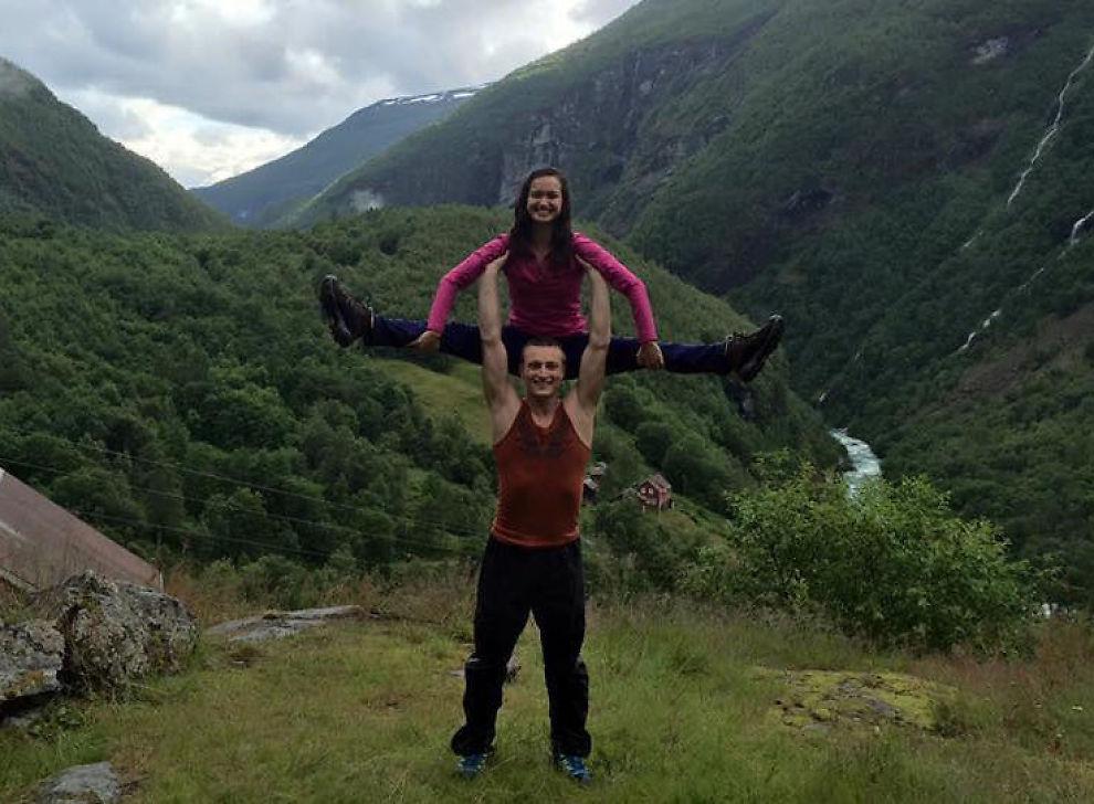 <p>HØYT OPPE: Kunstløper Anne Line Gjersem (22) tok med seg kjæresten Lukas Helgesson (29) til Vettisfossen, Nord-Europas høyeste uregulerte fossefall, i fjor sommer. I neste uke deltar hun i sitt fjerde EM.</p>