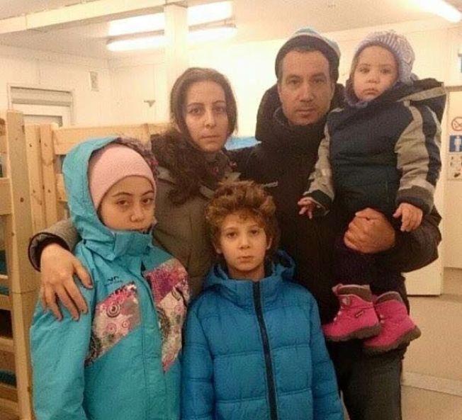 <p>REDDE: Det syriske ekteparet Dalia og Samer venter med sine tre barn i Vestleiren ved Kirkenes.</p>