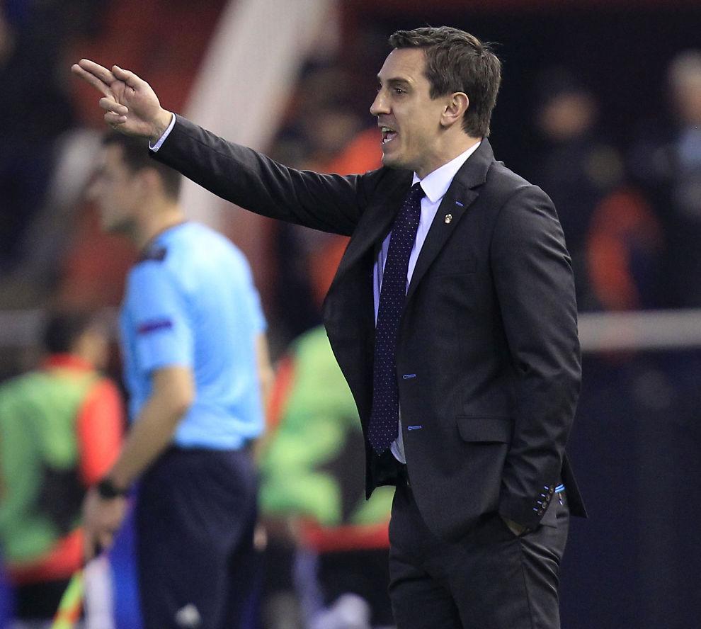 <p>TRØBLETE START: Valencias hovedtrener Gary Neville har styrt laget i deres svakeste ligaform siden Ronald Koeman ledet laget i ni strake ligakamper uten seier i 2007-08-sesongen. Her er Neville i sin første kamp hjemme mot Lyon i Champions League i desember.</p>