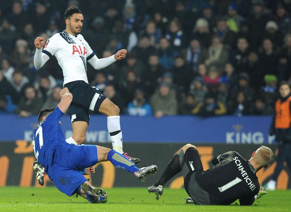 <p>AVGJORDE KAMPEN: Nacer Chadi skyter inn Tottenhams andre mål bak Leicesters Kasper Schmeichel og sender London-laget videre i FA-cupen.</p>
