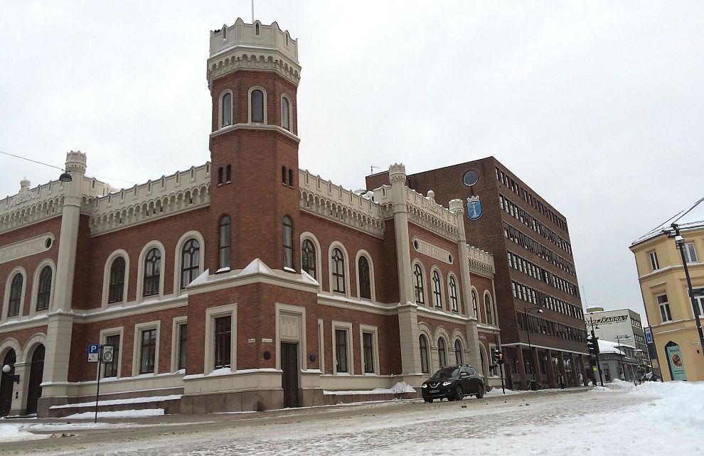 <p>RYSTET: Politikere og innbyggere i Drammen er preget etter at to saksbehandlere er siktet for grov korrupsjon. De to jobbet på avdelingen for byggesaker her i Drammen rådhus.</p>
