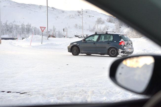 <p>KJØRES BORT: Bildet skal angivelig vise to asylsøkere som blir kjørt bort fra ankomstsenteret i Kirkenes.</p>